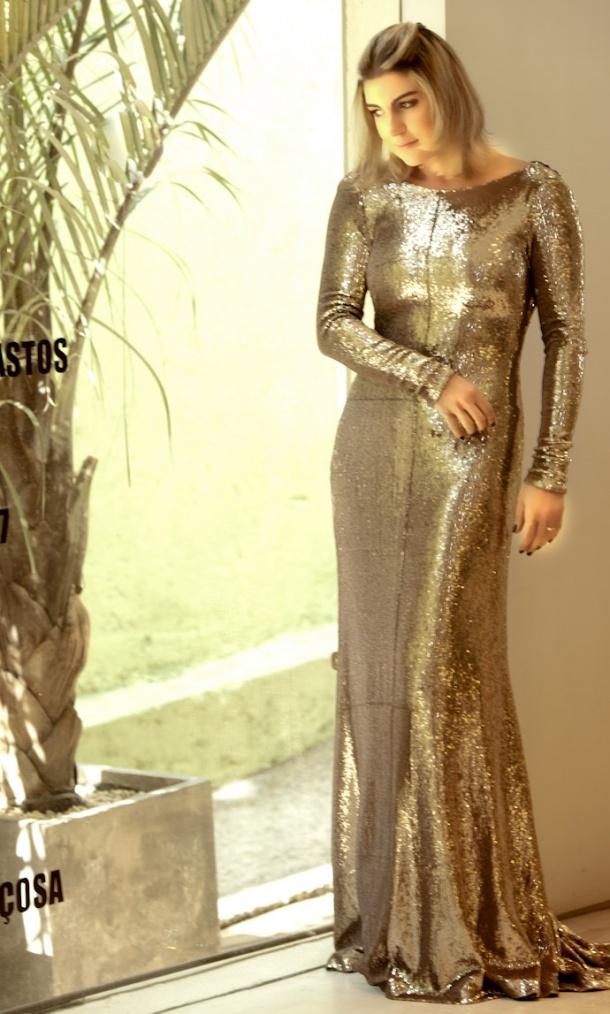 vestido metalizado dourado