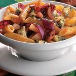 Receita de Salada de penne com vinagre balsâmico, cebola roxa, gorgonzola e amêndoa - Cris Vallias Blog