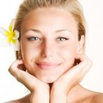 cuidados com rosto, colo e pescoço durante o verão
