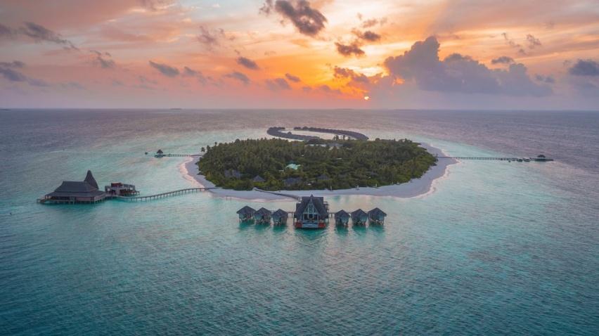 Anantara_Kihavah_Villas_Sunset_aerial_R